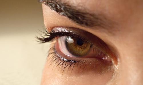 Почему дергается глаз правый верхнее